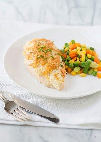 Курица запеченная под сметаной с сыром