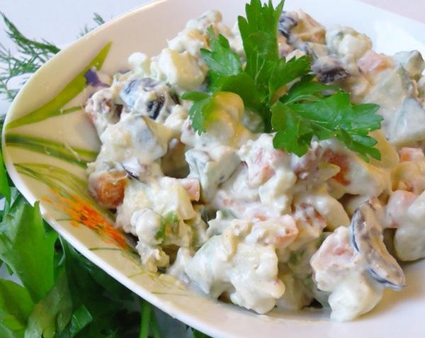 Салат из авокадо с копченой курицей и фисташками