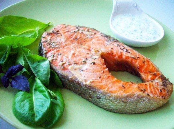 Форель, запеченная в фольге с йогуртовый соусом