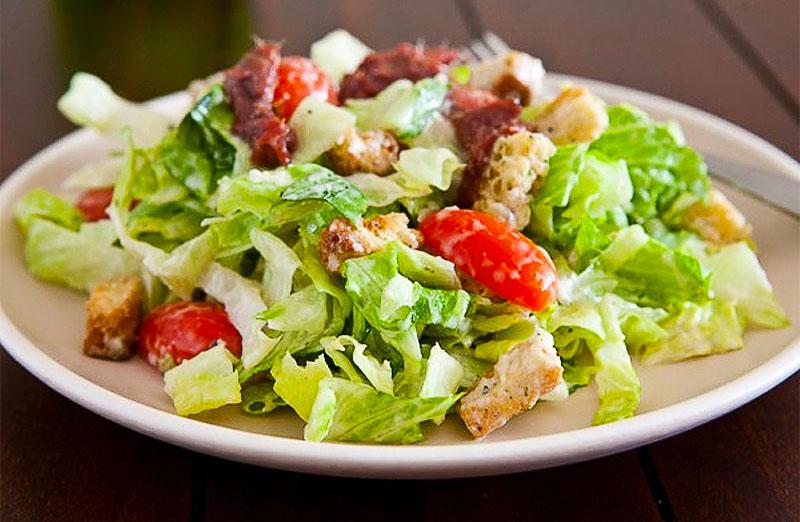 Диетический салат Цезарь с ржаными сухариками