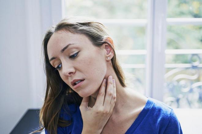 Женщина с больным горлом